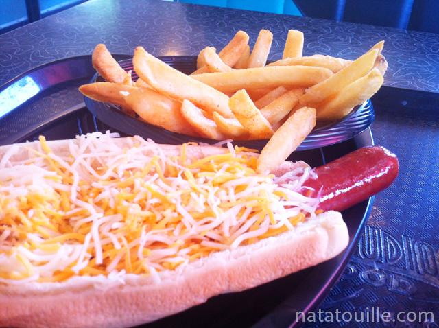 Hot Dog con queso y papas