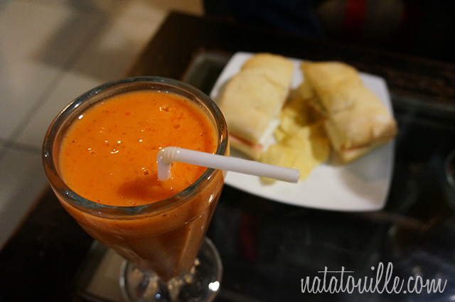 Jugo de fresa con papaya y pan ciabatta