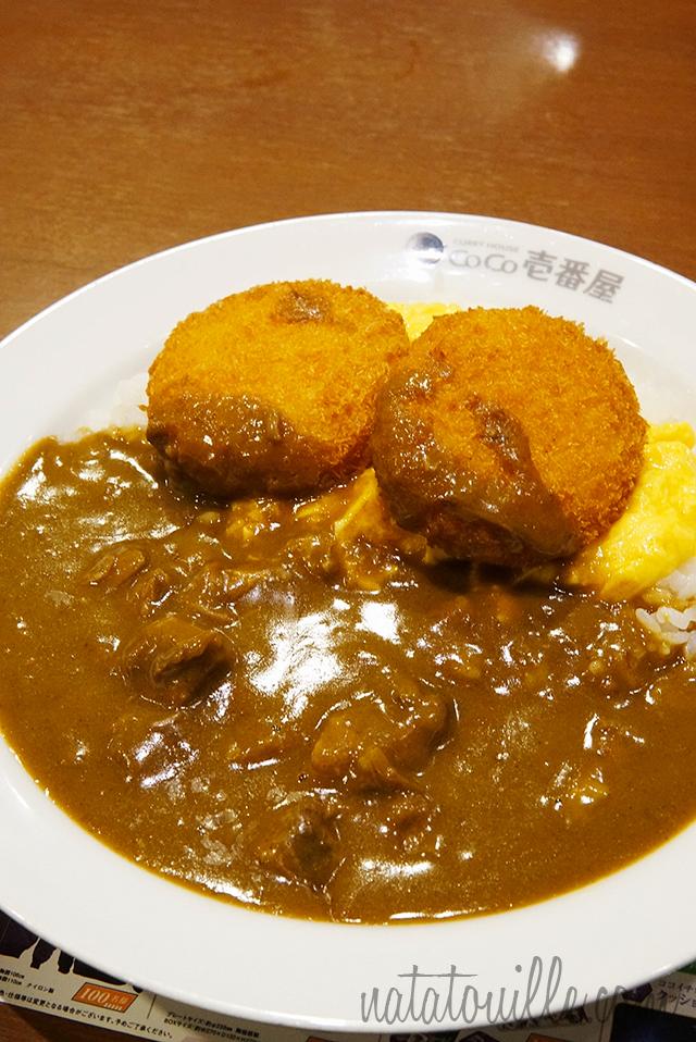 Curry con huevos revueltos y croquetas