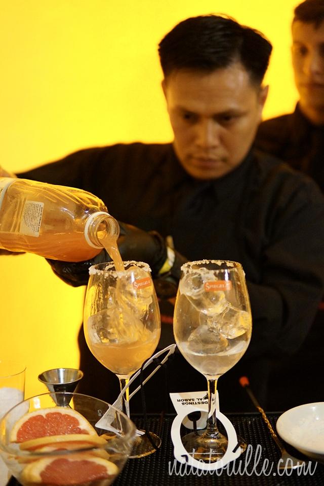 Sirviendo el el jugo de toronja en el cocktail conTequila Olmeca