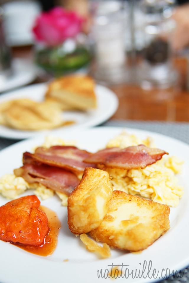 Huevos revueltos y queso frito_Crowne Plaza Hotel